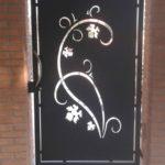 cancello pedonale con taglio laser zincato e verniciato con maniglia in acciaio inox