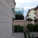 tettoia in vetro fissata su profilo di alluminio a incastro