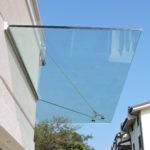 tettoia in vetro fissata con profilo in alluminio