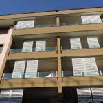 Particolare dei frangisole verniciati in bianco RAL 9010 e dei parapetti in vetro opale con piantane in acciaio inox