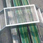 vista scala di emergenza realizzata con struttura in tubolare, gradini e pianerottolo in grigliato, il tutto zincato