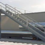 vista rampa scala di emergenza realizzata con struttura in trave,parapetto in tubolare e gradini in grigliato, il tutto zincato