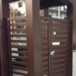 tettoia su ingresso pedonale, il tutto zincato e verniciato