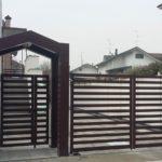 tettoia su ingresso pedonale e cancello carraio, il tutto zincato e verniciato