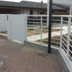 ingresso cancello pedonale in lamiera e recinzione su misura mod. New Line, il tutto zincato e verniciato