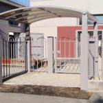 Tettoia ingresso pedonale in tubolare zincata e verniciata con copertura in policarbonato
