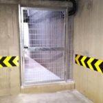 cancello in grigliato per uscita di emergenza su piano interrato, il tutto zincato