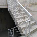 parapetto in tubolare su misura con tondi orizzontali, il tutto zincato e verniciato