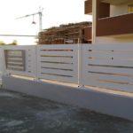 recinzione in lamiera in taglio laser con alloggiamento cassette postali, il tutto zincato e verniciato a regola d'arte