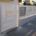 cancello pedonale in tubolare e tondi con tamponature in lamiera cieca piegata, il tutto zincato e verniciato